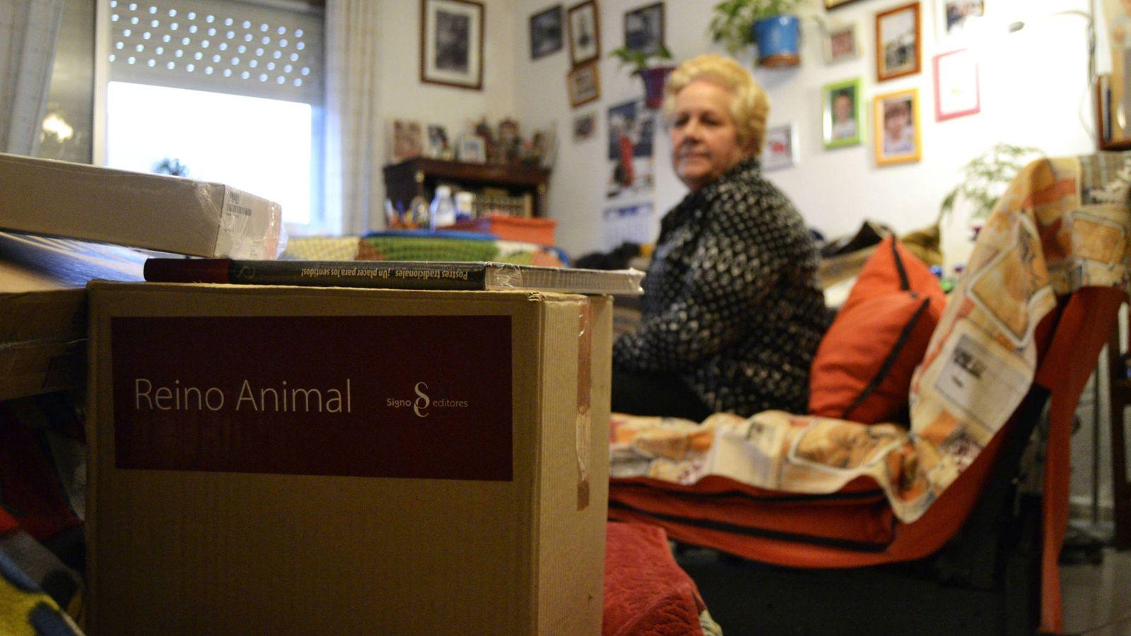 Foto: Balbina, esperando a que recojan los paquetes que compró. (M. Z.)