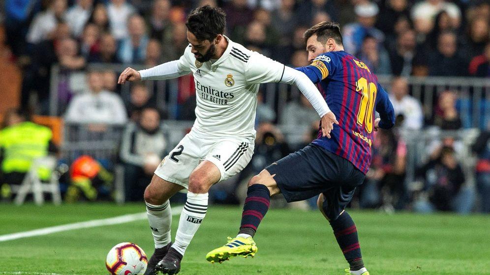 Foto: Isco Alarcón (i) lucha con Leo Messi en un Madrid-Barça la pasada temporada. (EFE)