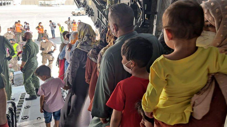 Afganos en el avión español de las fuerzas armadas. (EFE)