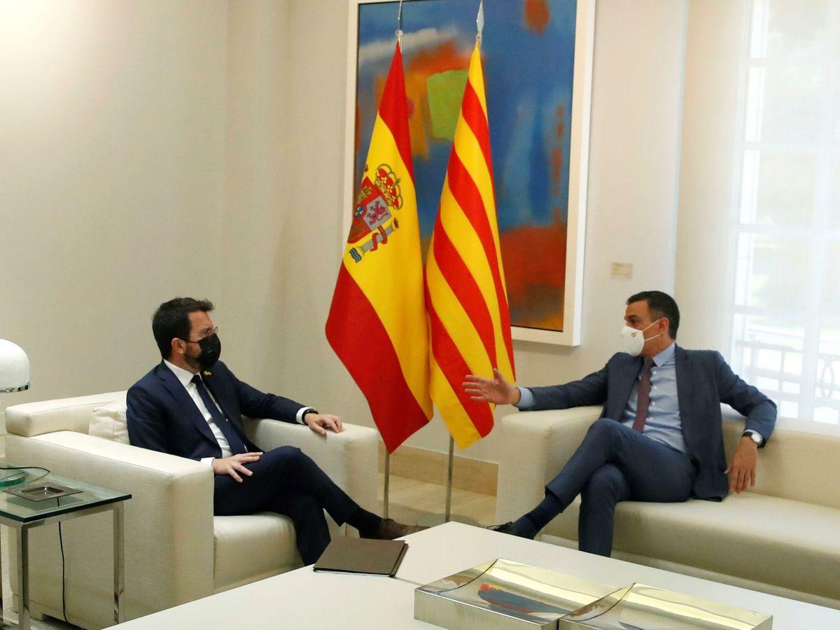 Foto: El presidente del Gobierno, Pedro Sánchez (d), y el presidente de la Generalitat, Pere Aragonès. (EFE)