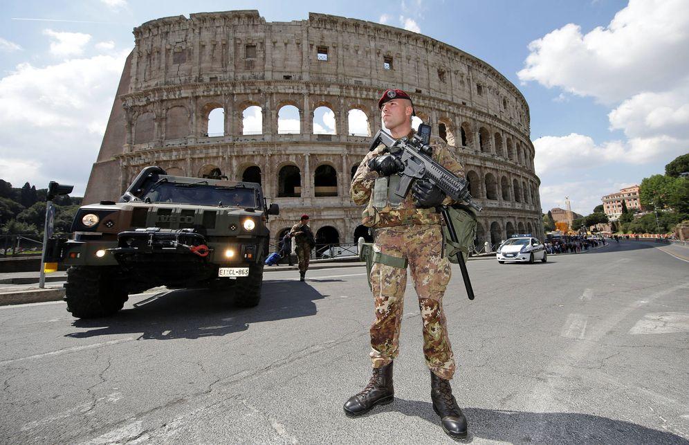 Foto: Soldados italianos patrullan frente al Coliseo de Roma, Italia, en abril de 2017. (Reuters)