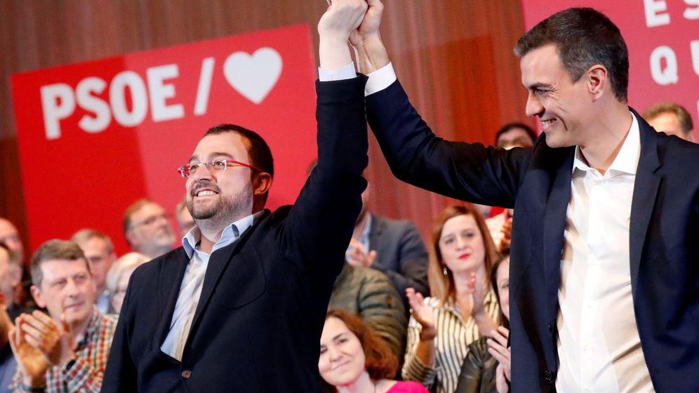 Foto: El presidente del Gobierno, Pedro Sánchez (d), junto al presidente del Principado, Adrián Barbón (i). (EFE)