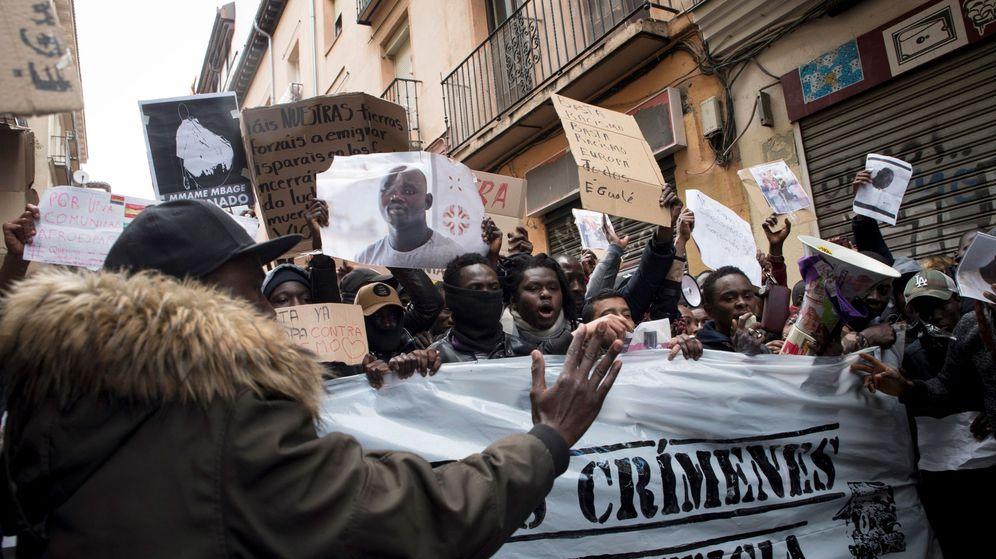 Foto: Concentración en la plaza de Nelson Mandela, en el barrio madrileño de Lavapiés, para protestar por la muerte del senegalés Mame Mbaye. (EFE)