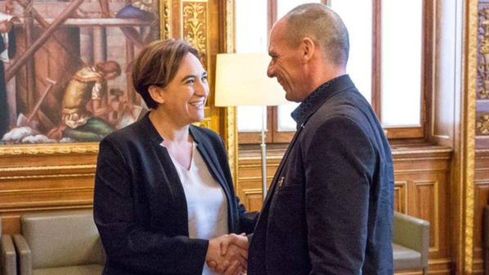 Foto: Ada Colau y Yanis Varoufakis durante su encuentro en Barcelona. (Ayuntamiento de Barcelona)