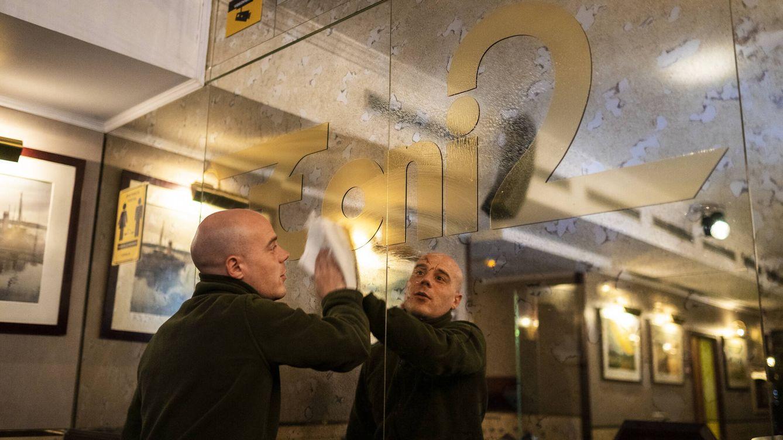 Foto: Imagen de la preparación para la reapertura del piano bar Toni 2, mítico local de la noche madrileña. (Ana Beltrán)