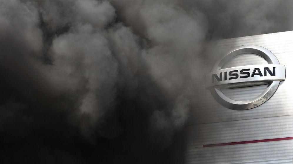 Foto: Humo provocado por las protestas en la fábrica de Nissan de Barcelona. (EFE)