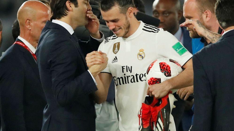 Foto: Bale y Solari se saludan tras el 'hat trick' del galés en semifinales. (Reuters)