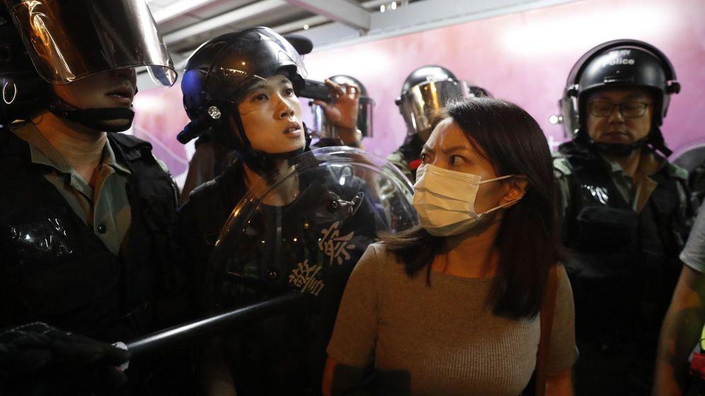 Foto: Policías chinos arrestan a una mujer en las protestas en Hong Kong este martes. (Reuters)