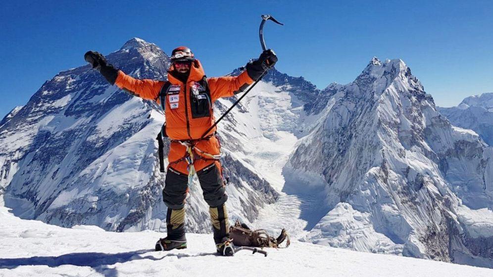 Foto: Alex Txikon, en la cumbre del Pumori (7.161m) hace un mes. (EFE)