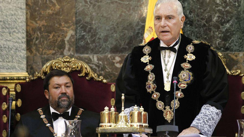 Foto: Carlos Dívar (dcha.) junto al entonces ministro de Justicia, Francisco Caamaño, en 2011. (EFE)
