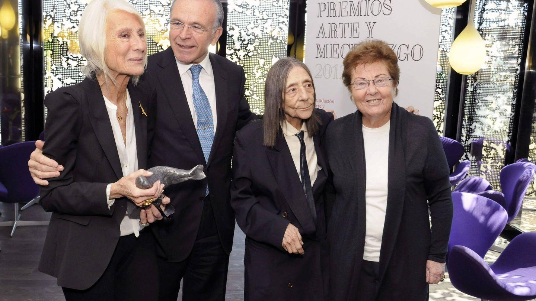Isidro Fainé junto a Soledad Lorenzo (izquierda), Elena Assins (centro) y Helga de Alvear. (EFE)