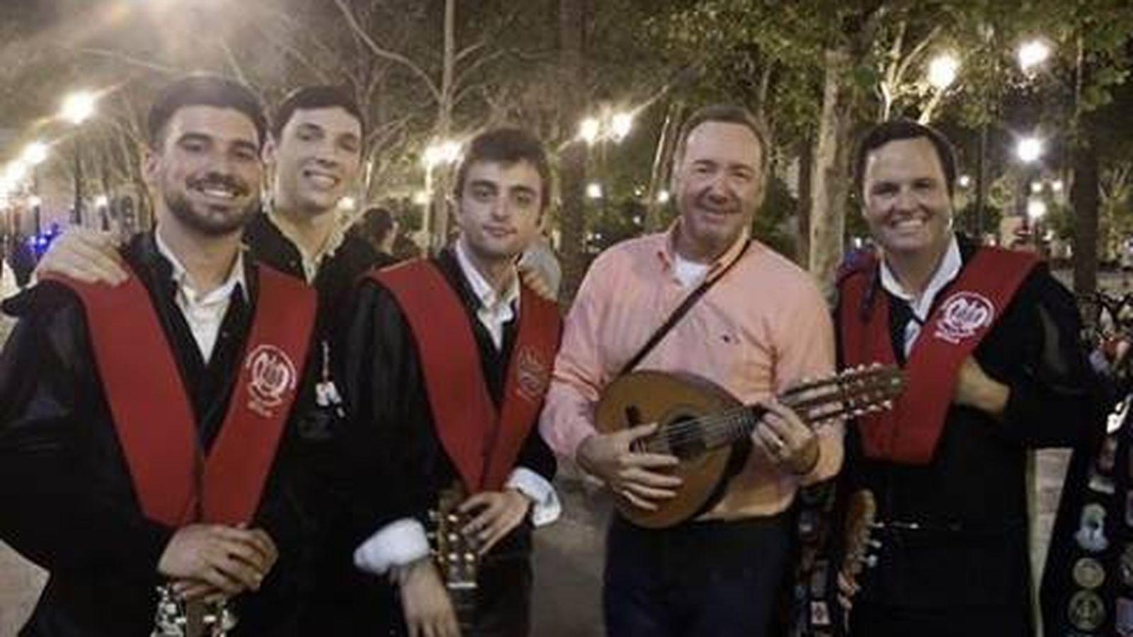 Foto: Kevin Spacey y la tuna en Sevilla. (Instagram)