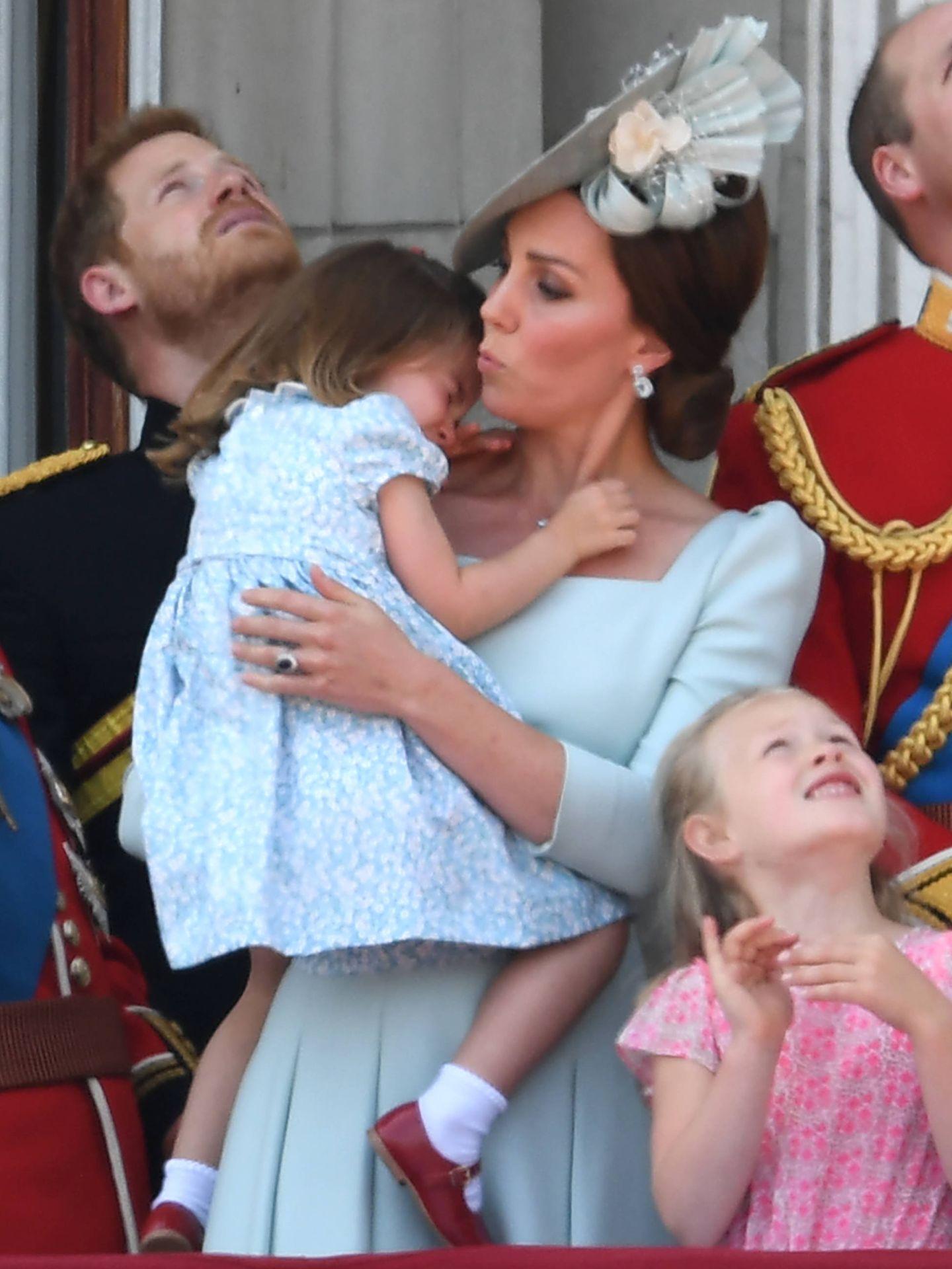 Kate Middleton calma a su hija en plena exhibición aérea. (Gtres)