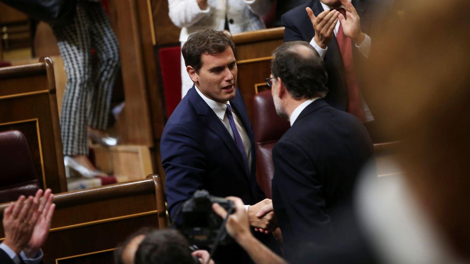 Foto: Albert Rivera felicita a Mariano Rajoy tras su reelección como presidente del Gobierno, el 29 de octubre de 2016 en el Congreso. (Reuters)