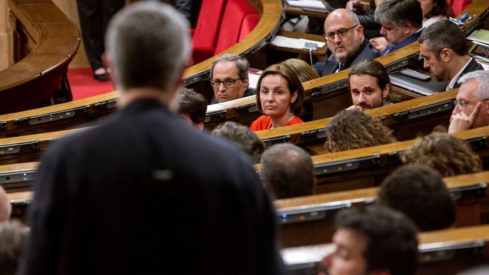 Foto: Carles Riera (de espaldas) durante la primera sesión del debate de investidura en el Parlament. (EFE)