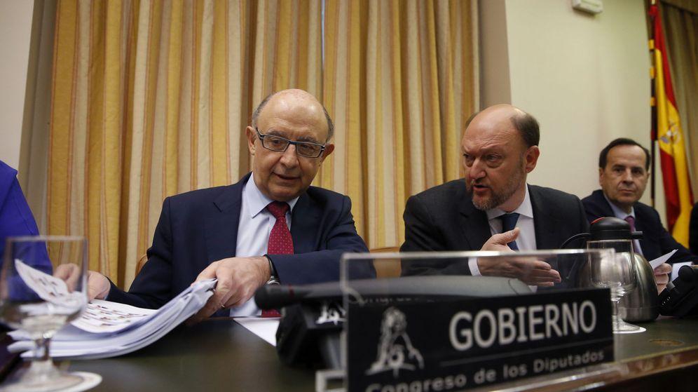 Foto: El ministro de Hacienda y Administraciones Públicas en funciones, Cristóbal Montoro (i). (EFE)