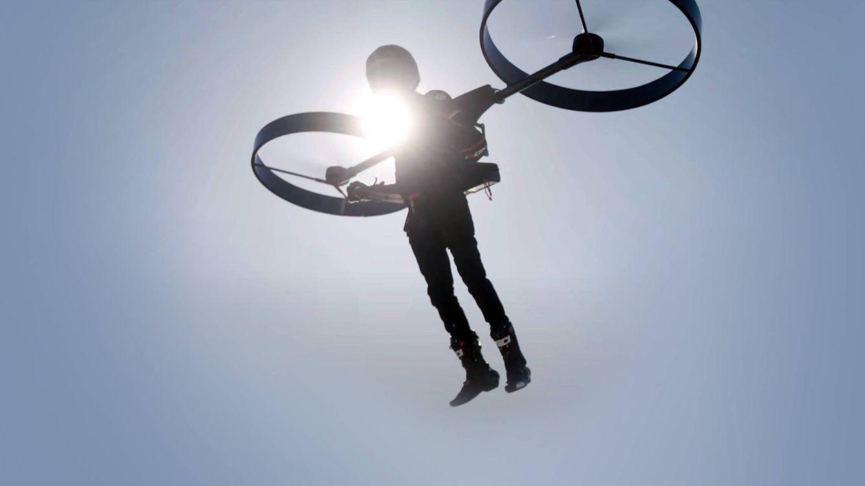 La nueva mochila dron que te permite volar usando un simple 'joystick'