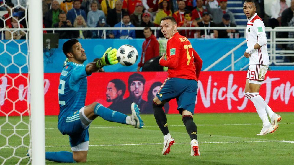 Foto: Iago Aspas marca de tacón el gol del empate de la selección española contra Marruecos que le dio el primer puesto. (Efe)