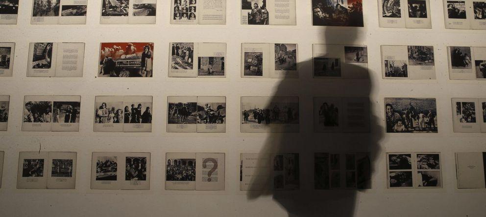 Foto: Una parte del montaje de la exposición Fotos & libros, en el Museo Reina Sofía. (EFE)