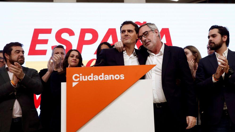 Foto: Albert Rivera comparece en la sede del partido junto a su núcleo duro. (EFE)