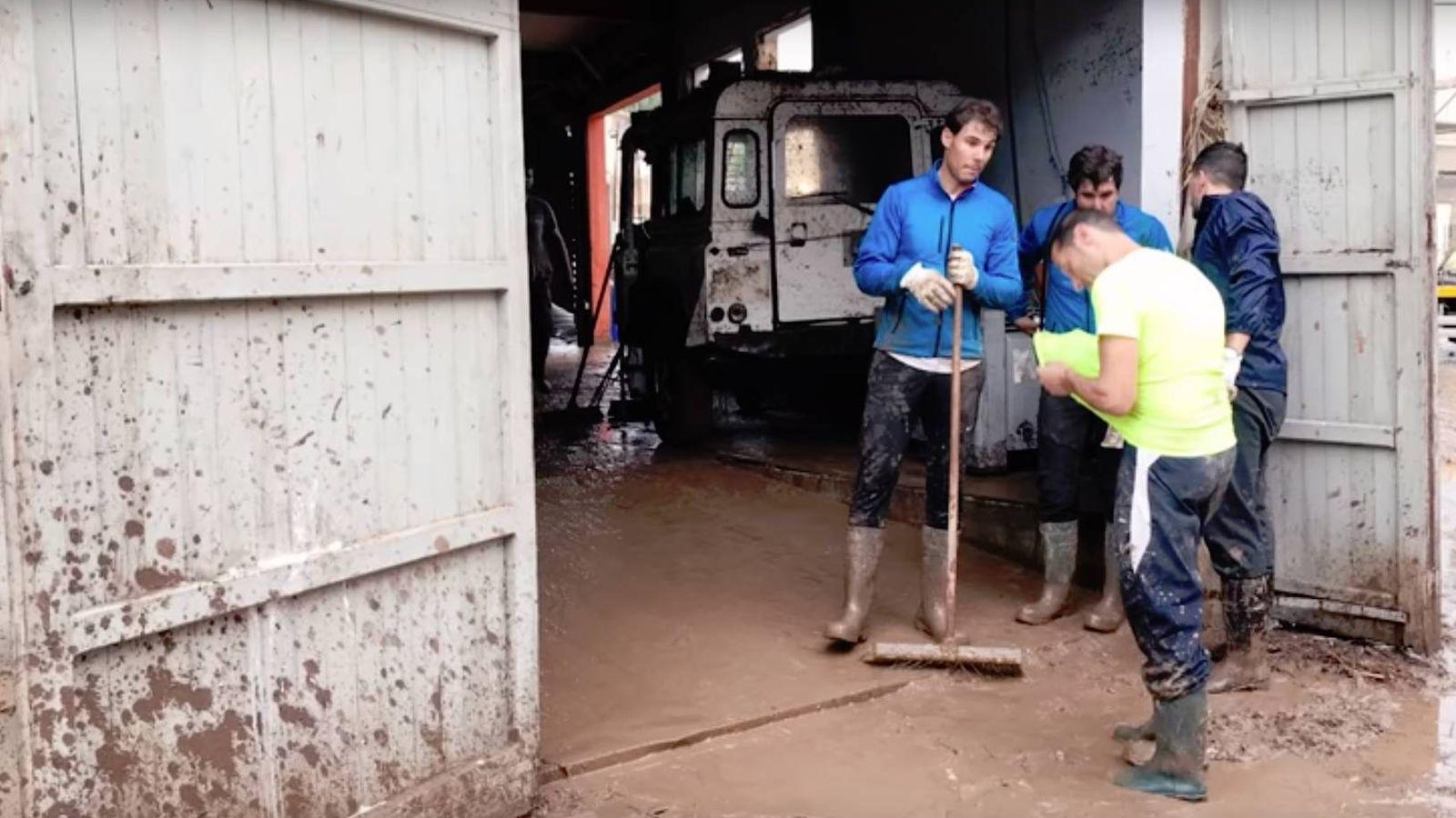 Foto: Rafa Nadal ayudando en las inundaciones de Mallorca.