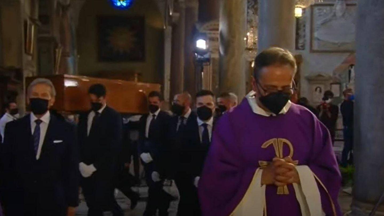 Momento de la salida del féretro. (RTVE)