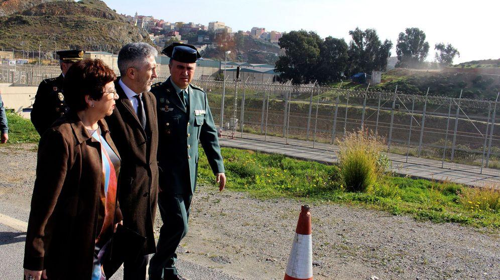 Foto: El ministro del Interior, Fernando Grande-Marlaska (c), durante la visita que realizó en febrero al puesto fronterizo de El Tarajal y el perímetro fronterizo de Ceuta. (EFE)