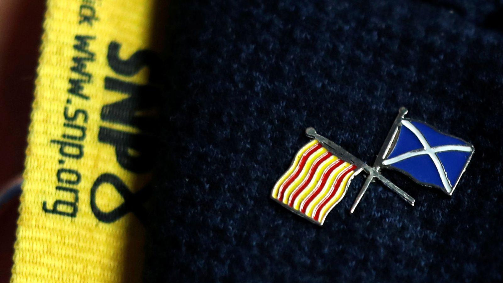 Foto: La parlamentaria Joanna Cherry luce un pin que mezcla la estelada con la bandera escocesa, durante el Congreso. (Reuters)