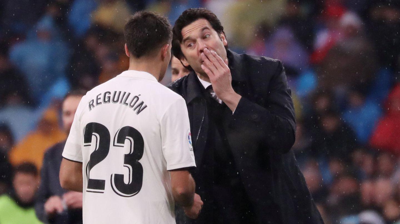 Solari charla con Reguilón. (Reuters)