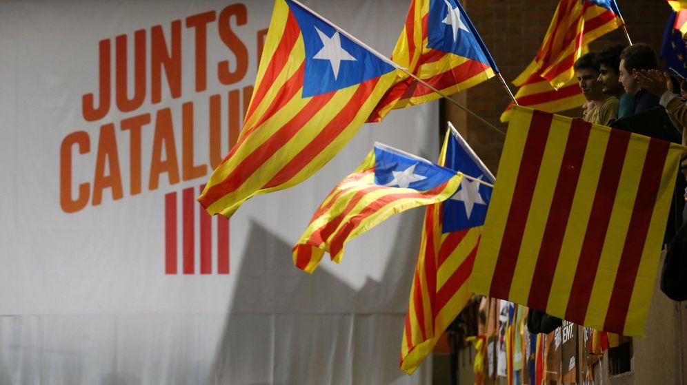 Foto: Esteladas en un acto de campaña de Junts per Catalunya. (Reuters)