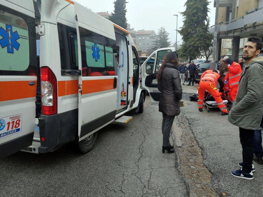 Foto: Un herido es atendido por los servicios de emergencia, en Macerata, Italia. (Reuters)