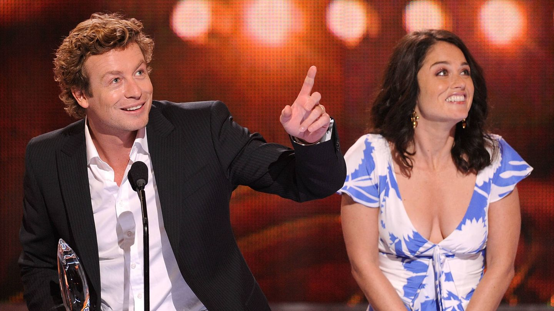El actor, junto a su compañera en 'El mentalista', Robin Tunney. (Getty)
