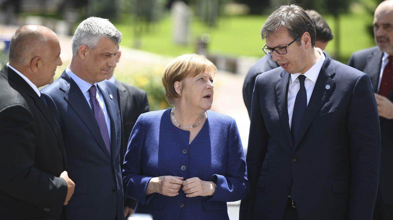 El presidente serbio Aleksandar Vucic (derecha) y el kosovar Hashim Thaci (segundo por la izquierda) junto a la canciller alemana Angela Merkel durante  la Cumbre de los Balcanes en Sofía, el 17 de mayo de 2018. (Reuters)