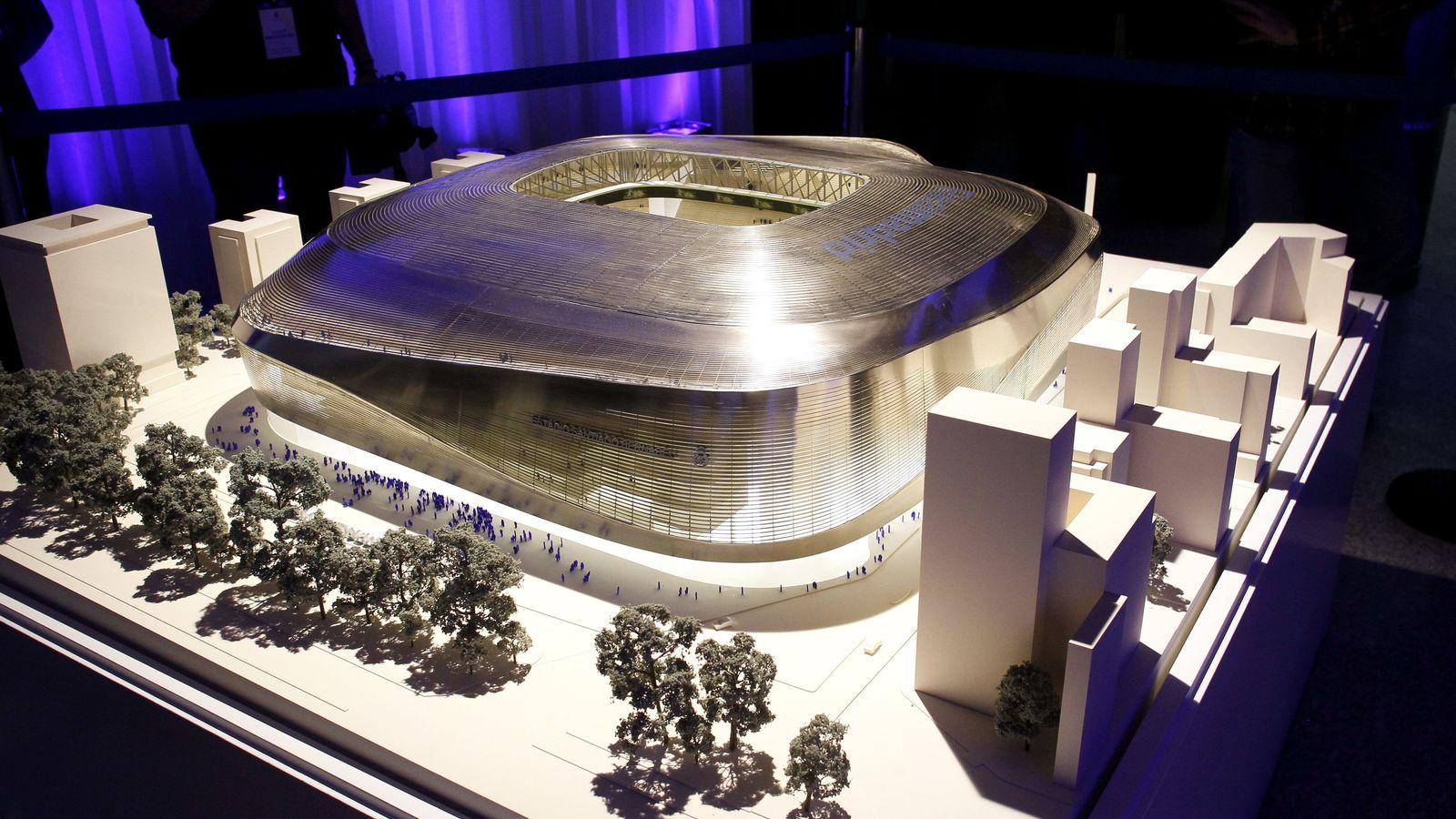 Foto: Vista de una maqueta del proyecto elegido para la remodelación del Bernabéu. (EFE)