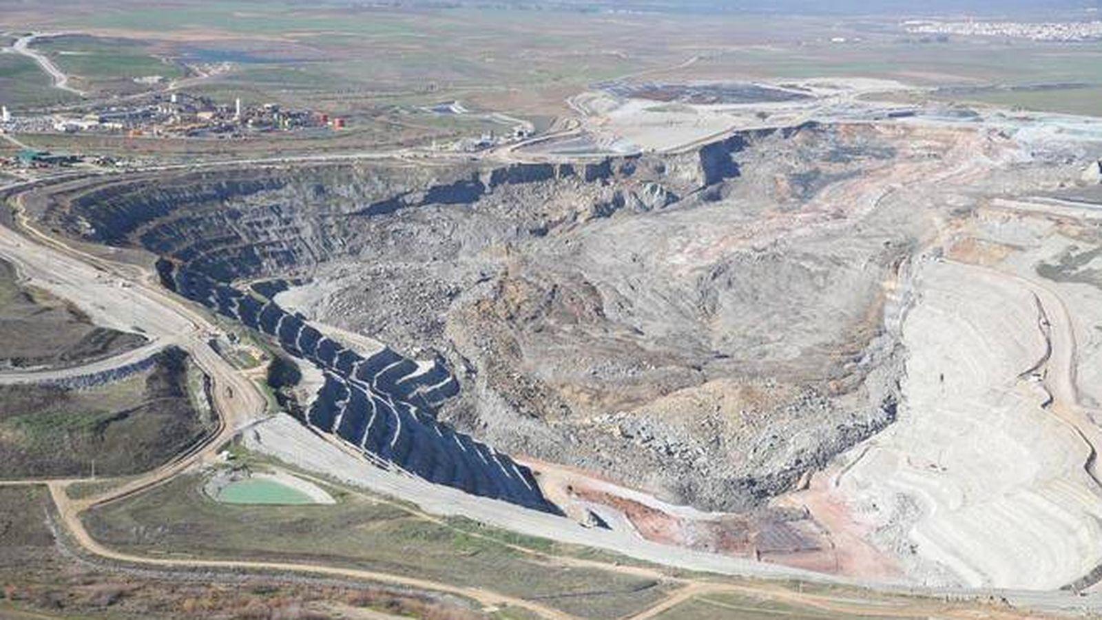 Foto: Imagen del colapso sufrido en gran parte de la corta minera. (Ecologistas en Acción)