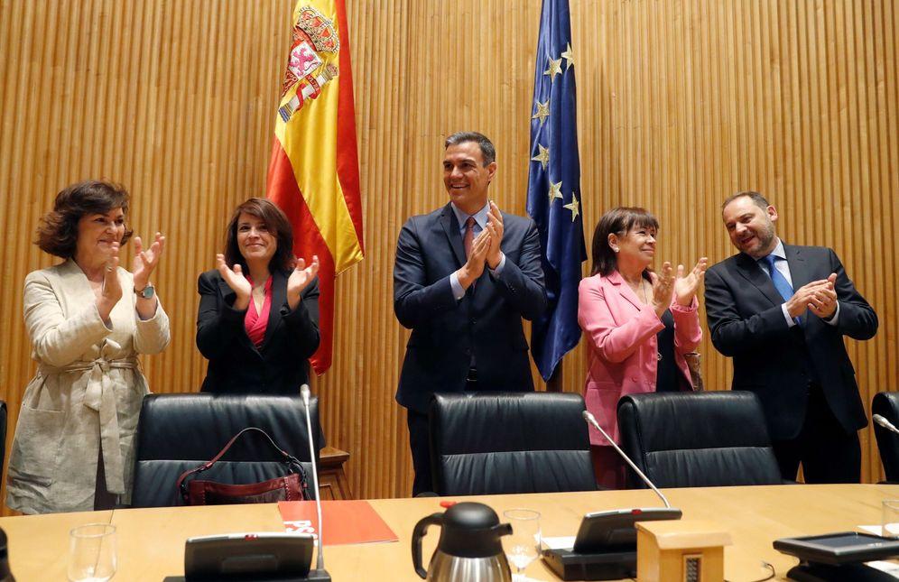 Foto: Pedro Sánchez, con Carmen Calvo, Adriana Lastra, Cristina Narbona y José Luis Ábalos, este 21 de mayo, a la llegada  de la reunión del Grupo Socialista. (EFE)