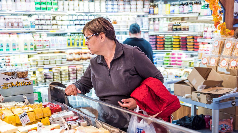 Una mujer hace la compra en un supermercado. (iStock)