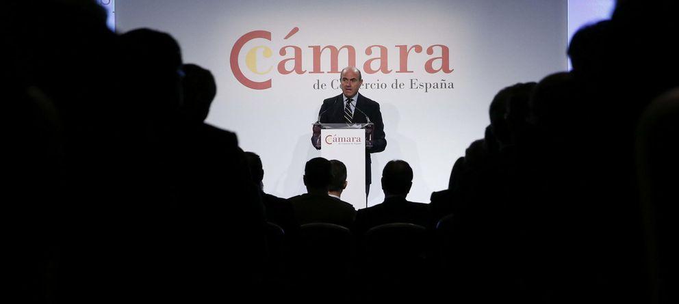 Foto: El ministro de Economía, Luis de Guindos, durante su intervención en la presentación oficial de la nueva Cámara de Comercio de España (Efe)