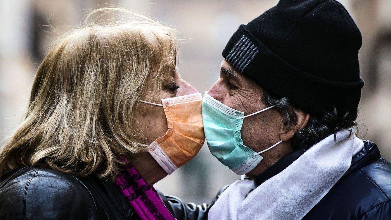 Foto: Beso con mascarillas en Roma (Italia) (EFE)
