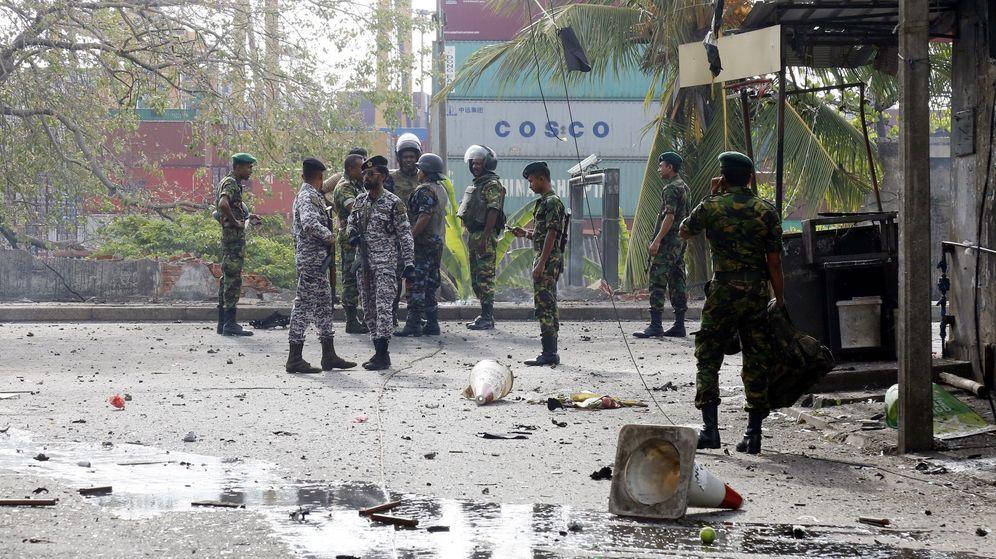 Foto: Soldados tras la detonación controlada en Sri Lanka. (EFE)