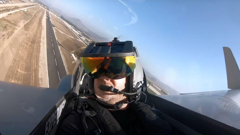 Un casco de piloto para combatir cazas enemigos que no existen