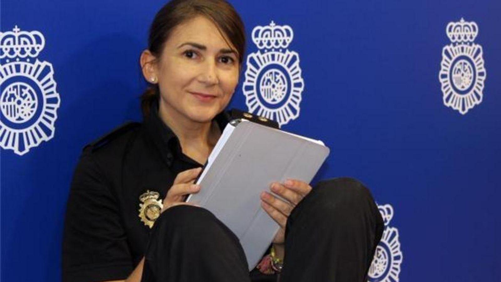 Foto: Carolina González, nueva 'community manager' de la Policía (Vía: @policia)