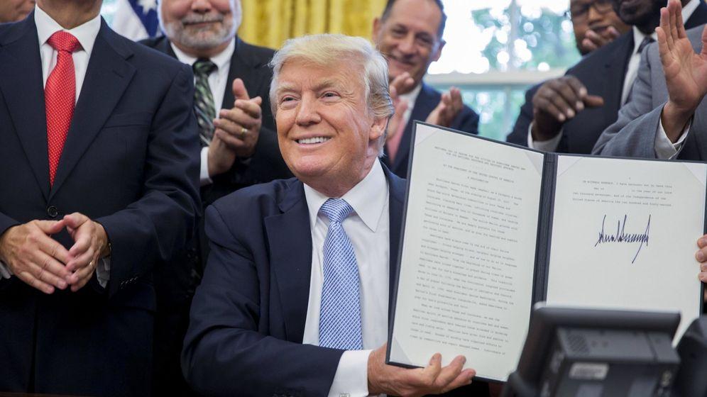 Foto:  El presidente estadounidense, Donald Trump, firma junto a su equipo de gobierno la declaración de un día de luto nacional por las víctimas del huracán Harvey. (EFE)