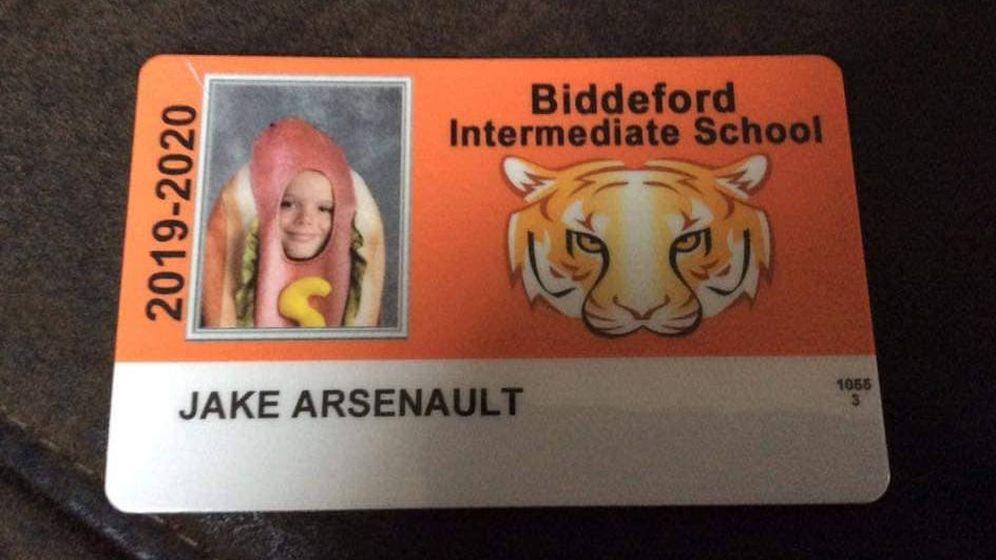 Foto: Así quedó el carné del colegio de Jake, inmortalizado con su disfraz de perrito caliente (Foto: Facebook)