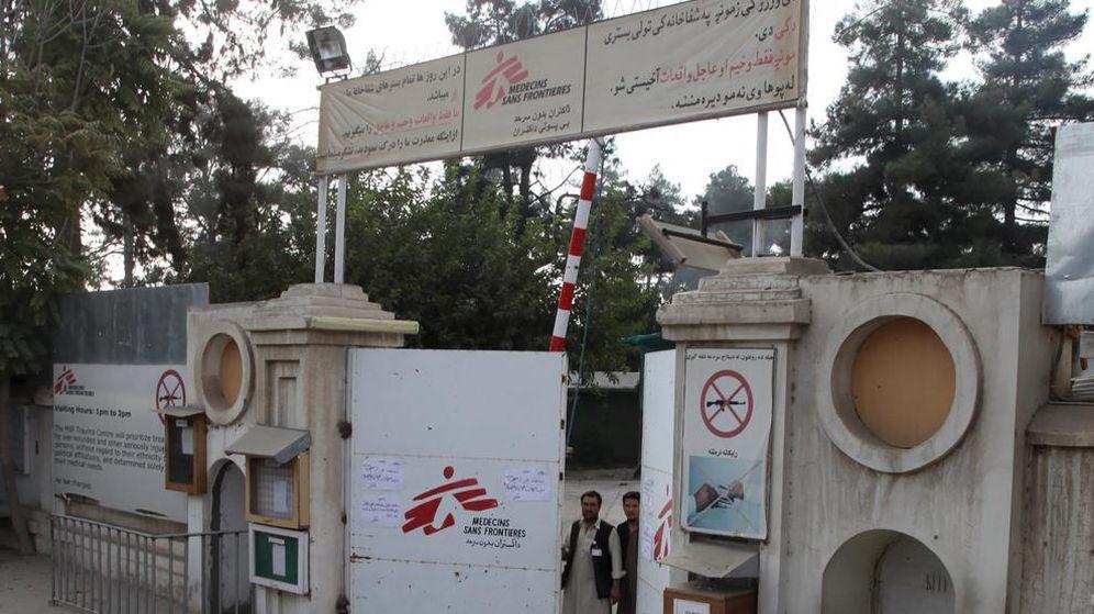 Foto: Guardias afganos en la puerta del hospital de Médicos Sin Fonteras en Kunduz, Afganistán. (Reuters)