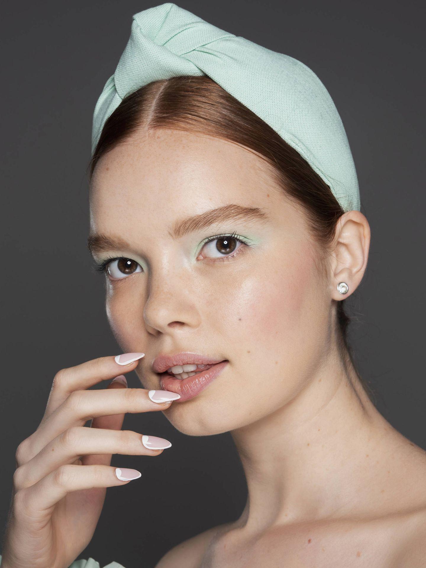 El acabado diluido del maquillaje acuarela se consigue aplicando poca sombra de ojos con un pincel para difuminar. (Imaxtree)