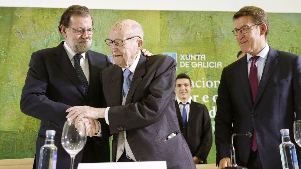 Foto: El jefe del Ejecutivo, Mariano Rajoy (i), abraza al primer presidente electo de la Xunta de Galicia, Xerardo Fernández Albor (c). (EFE)