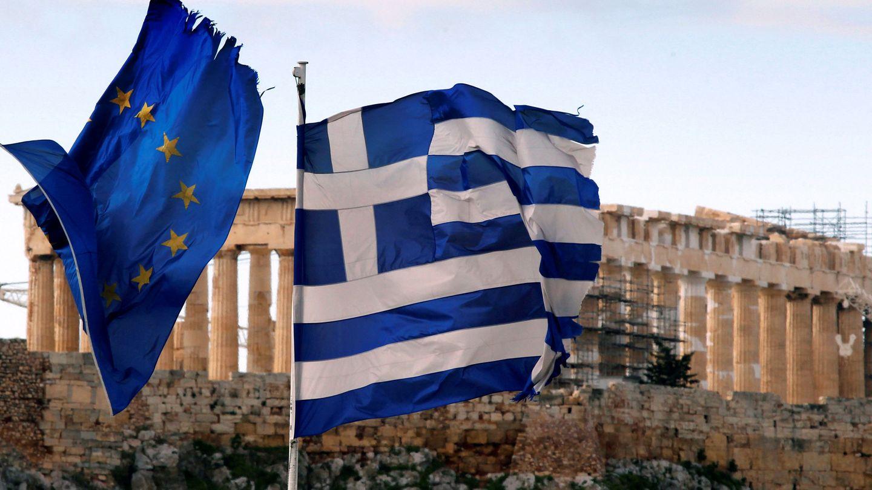 Bandera europea y griega frente a la acrópolis de Atenas. (Reuters)