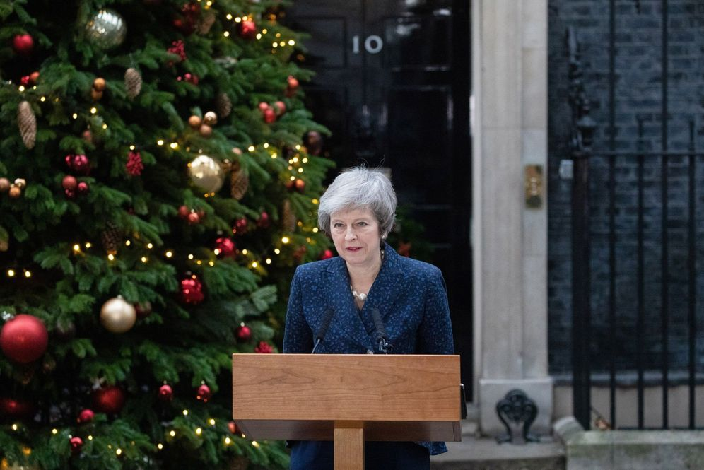 Foto: La primera ministra británica, Theresa May, ofrece una declaración ante el número 10 de Downing Street. (EFE)