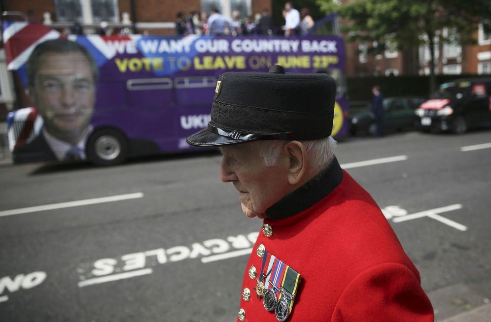 Foto: Un pensionista de Chelsea pasa delante del autobús de propaganda del partido euroescéptico UKIP, partidario del 'Brexit', el 28 de mayo de 2016 (Reuters)